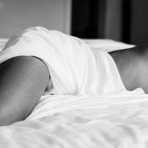 Beautiful Lines - Prachtig naakt vrouwenlichaam op bed